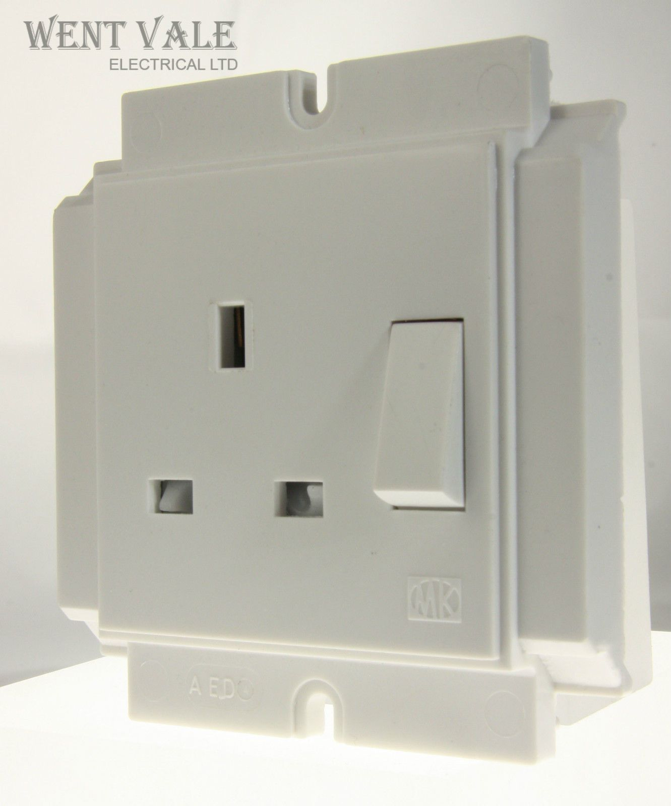 MK Powerlink Plus - 1952 WHI - 13a 1 Gang Switched Socket Wire-in ...
